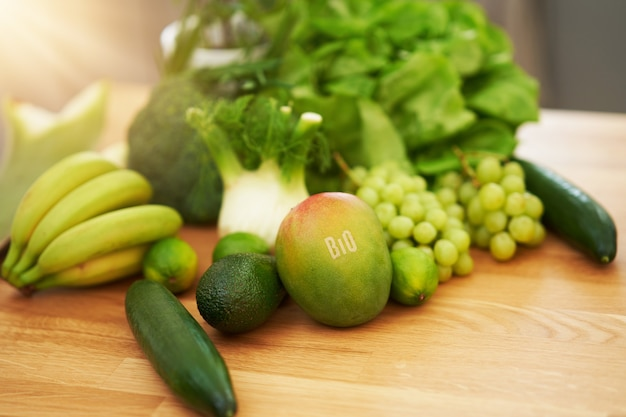 Świeże Zielone Owoce I Warzywa Na Drewnianym Blacie Premium Zdjęcia