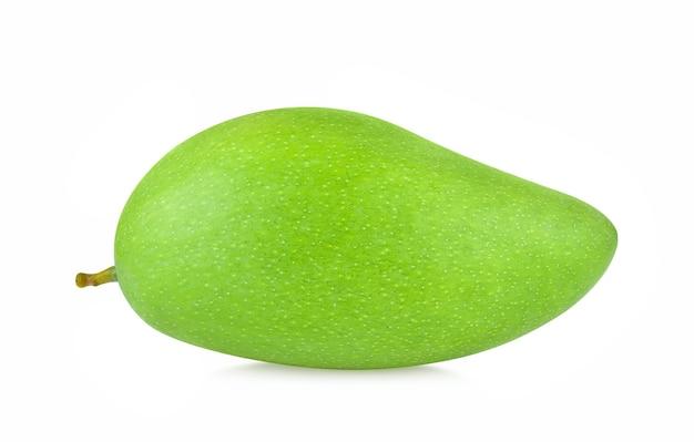 Świeże zielone owoce mango na białym tle