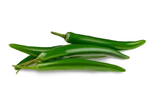 Świeże zielone papryczki chili na białym tle na białej powierzchni