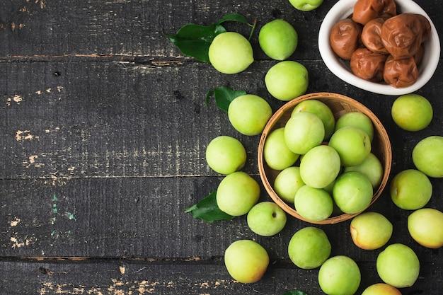 Świeże zielone śliwki i zakonserwowane zielone śliwki