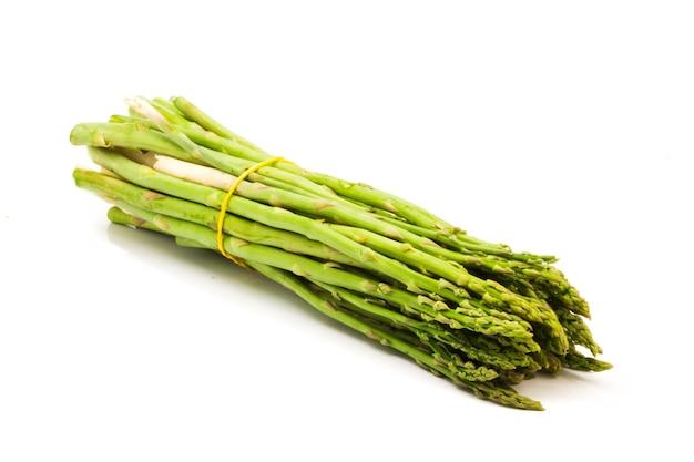 Świeże zielone szparagi na białym tle