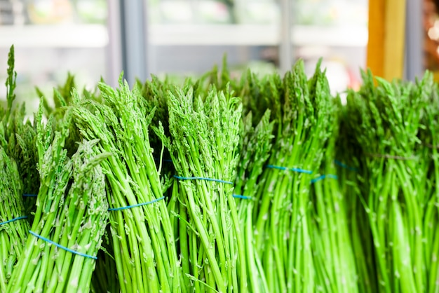Świeże zielone szparagi. zdrowe odżywianie. spadek zbiorów, koncepcja rolnictwa rolnego