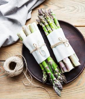 Świeże zielone szparagi