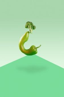 Świeże zielone warzywa bilans żywności na zielonym geometrycznym tle papieru