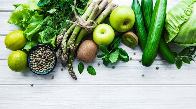 Świeże zielone warzywa i owoce