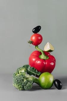 Świeże zielone warzywa, owoce na stole w równowadze, modne