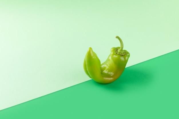 Świeże zielone warzywa pieprz na zielonym tle geometrycznym, witamina wegetariańska i wegańska dieta równoważenie koncepcji kreatywnej żywności, miejsce, zdrowa dieta alkakina