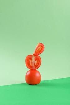 Świeże zielone warzywa pomidory bilans żywności na zielonym tle geometrycznym, witamina wegetariańska i wegańska dieta równoważenie kreatywnej koncepcji żywności, miejsce, zdrowa dieta alkakina