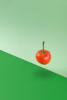 Świeże zielone warzywa pomidory unoszące się na zielonym tle geometrycznym, witamina wegetariańska i wegańska dieta równoważenie kreatywnej koncepcji żywności, kopia przestrzeń, zdrowa dieta alkakina