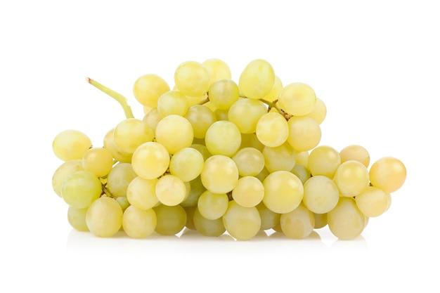 Świeże zielone winogrona na białym tle