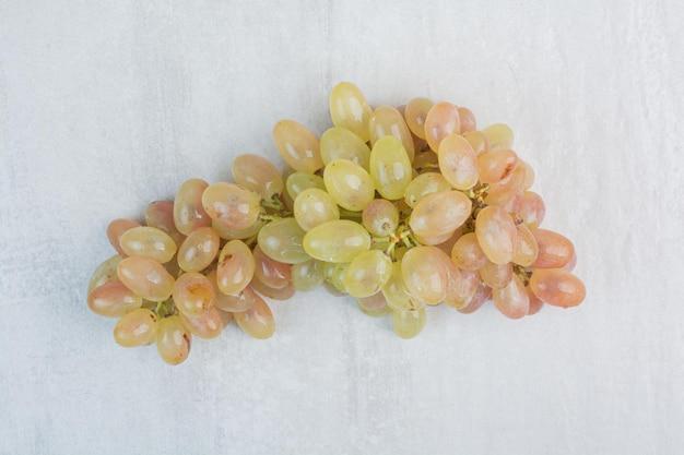 Świeże zielone winogrona na kamiennym tle. zdjęcie wysokiej jakości