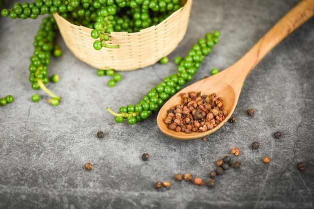 Świeże zielone ziarna pieprzu i czarnego pieprzu