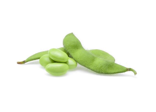 Świeże zielone ziarna soi na białym tle