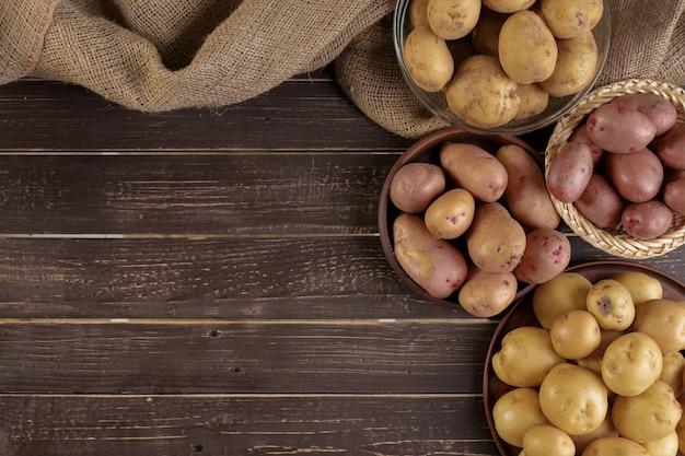 Świeże ziemniaki na drewnie