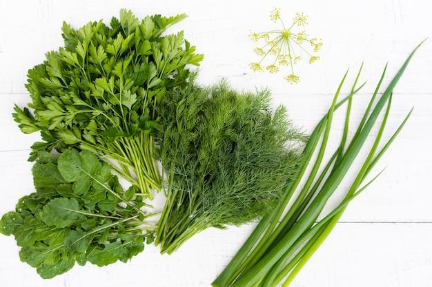 Świeże zioła na białym drewnianym stole