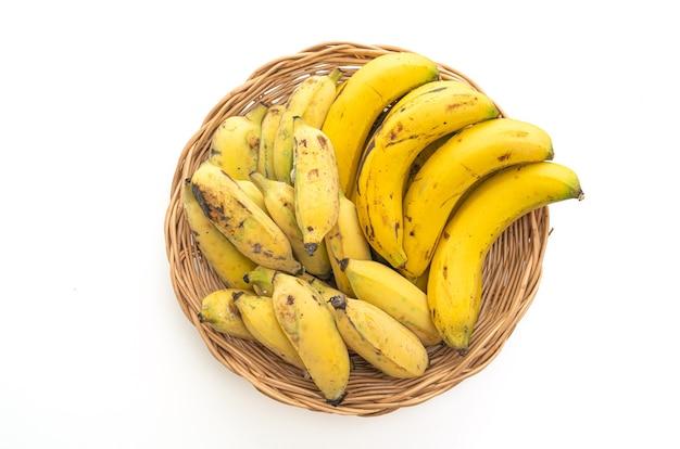 Świeże żółte banany w koszu na białym tle