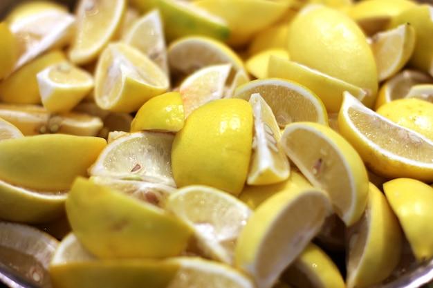 Świeże żółte plasterki cytryny z kropli wody