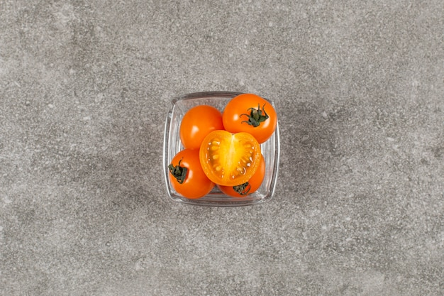 Świeże żółte pomidory czereśniowe w szklanej misce.