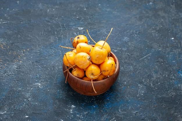 Świeże żółte wiśnie dojrzałe i słodkie owoce na ciemnej podłodze owoce jagoda świeży mellow