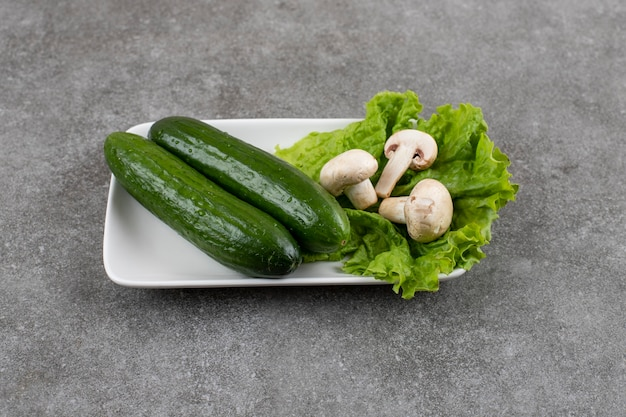 Świeżego ogórka z sałatą i grzybami.