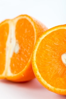 Świeżej owoc dojrzała soczysta pomarańcze odizolowywająca na bielu
