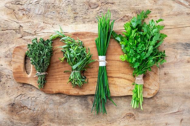 Świezi aromatyczni ziele od above na starym drewnianym tle