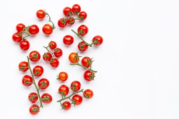 Świezi czereśniowi pomidory na białym tle.