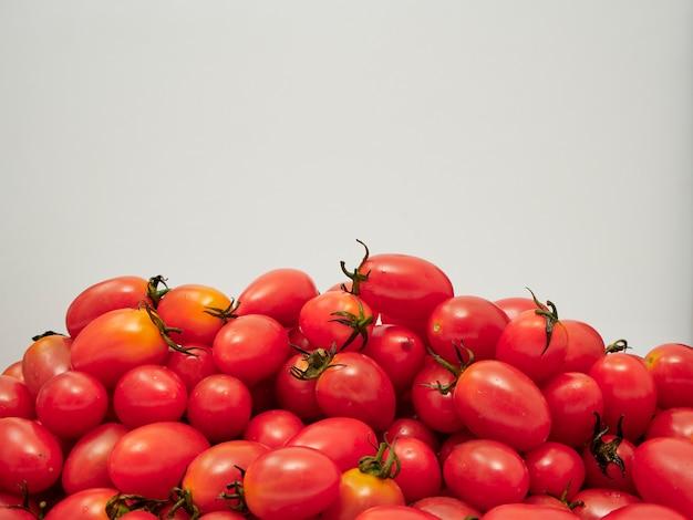 Świezi czereśniowi pomidory na białym tle