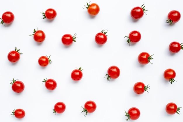 Świezi czereśniowi pomidory na bielu.