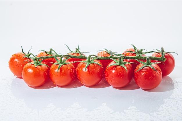 Świezi czereśniowi pomidory na gałąź