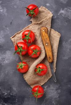 Świezi czereśniowi pomidory na popielatym stole