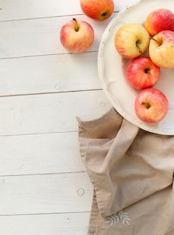 Świezi czerwoni jabłka na drewnianym stole