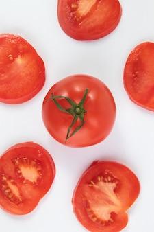 Świezi dojrzali czerwoni pomidory na białym tle