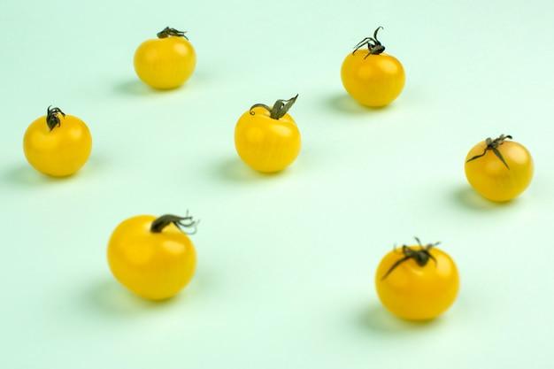 Świezi dojrzali pomidory żółty mały odosobniony na wodnej zieleni
