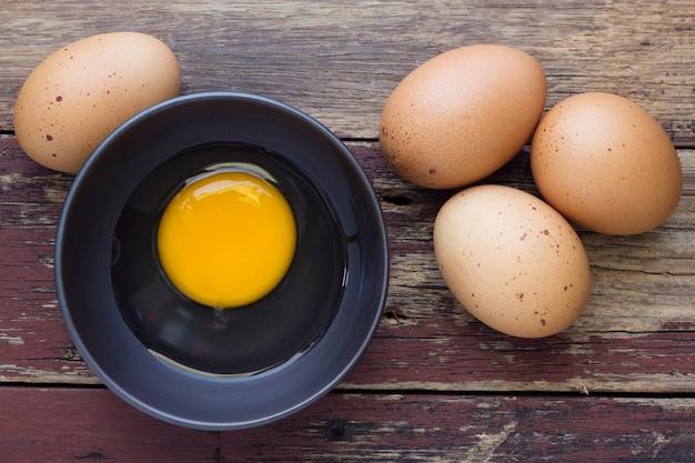 Świezi jajka na drewnianym tle
