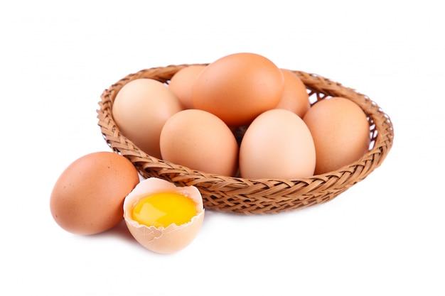 Świezi kurczaków jajka w koszu, zamykają up