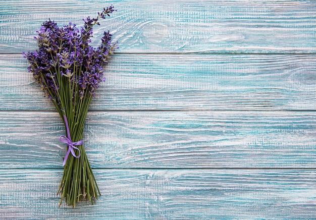 Świezi kwiaty lawendowy tło