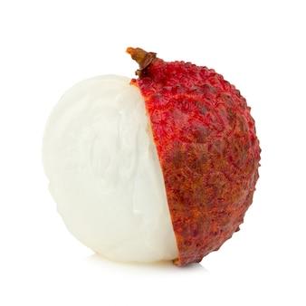 Świezi lychees odizolowywający na białym tle