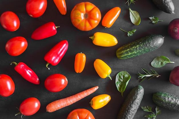 Świezi organicznie warzywa na ciemnym tle. widok z góry