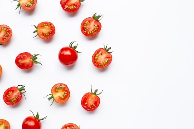 Świezi pomidory, cały i przyrodni cięcie odizolowywający na bielu.