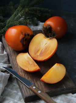Świezi posiekani persimmons na drewnianej desce
