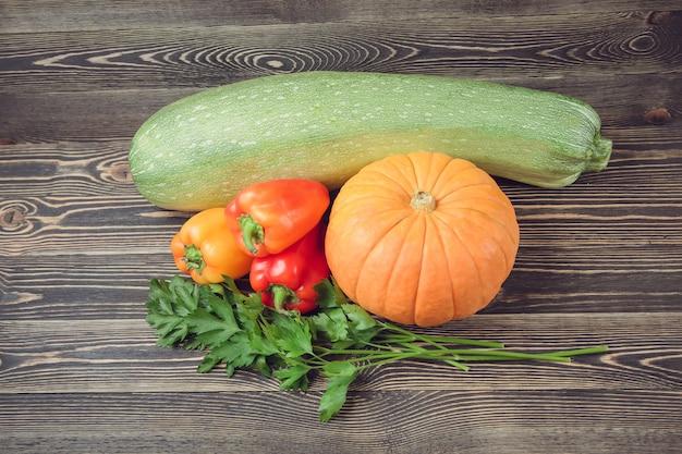 Świezi rolnicy uprawiają ogródek warzywa na drewnianym stole