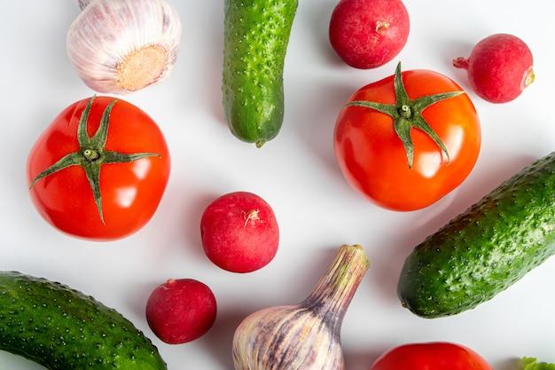Świezi warzywa na białym tle. wegańskie ekologiczne jedzenie. miejsce na tekst.