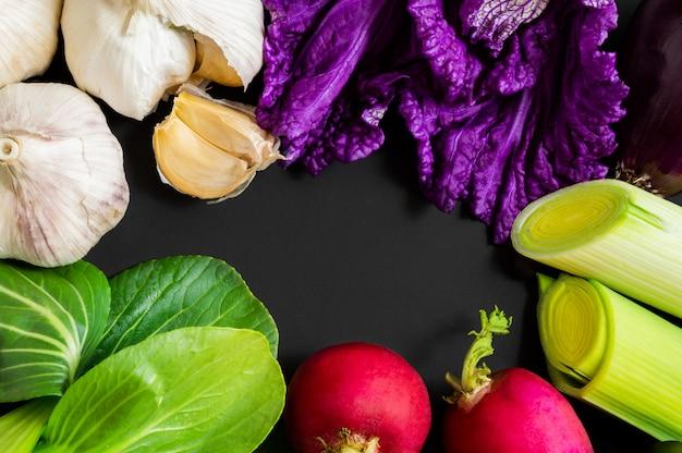 Świezi warzywa na czarnym tle z kopii przestrzenią.
