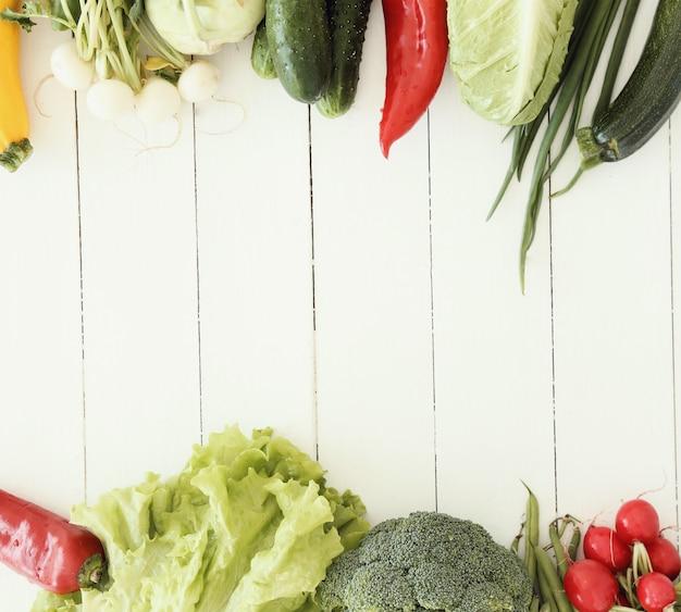 Świezi warzywa na drewnianym stole