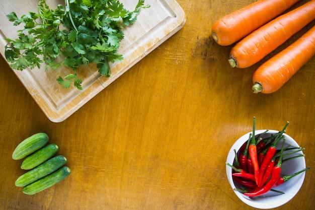 Świezi warzywa na drewnianym tle