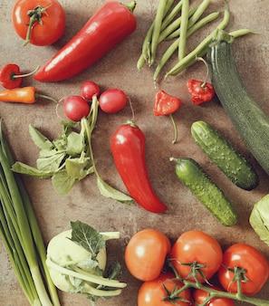Świezi warzywa na ośniedziałym stole