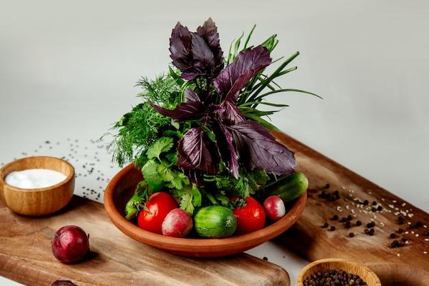 Świezi warzywa ustawiający na stole