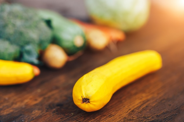 Świezi zdrowi kolorowi warzywa na drewnianym tle
