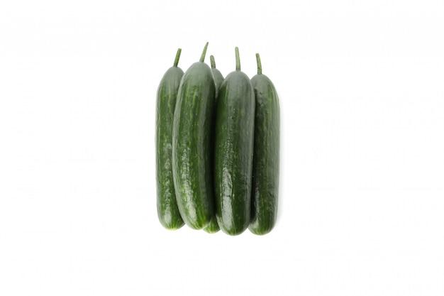 Świezi zieleni ogórki odizolowywający na biel powierzchni